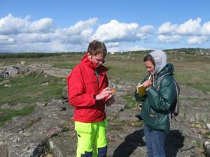 Hope College student consulting with an SGU geologist