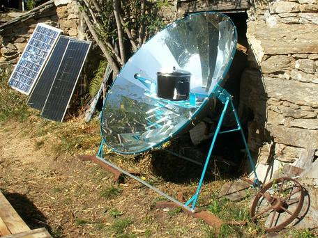 Parabolic reflective solar cooker