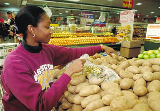 USDA Photo by Ken Hammond: shopping for produce at the supermarket