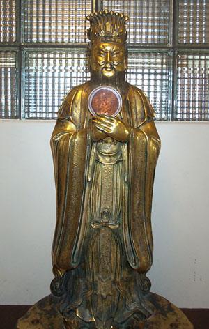 Confucius statue holding a culture plate